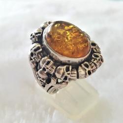 Кольцо с черепами и янтарем