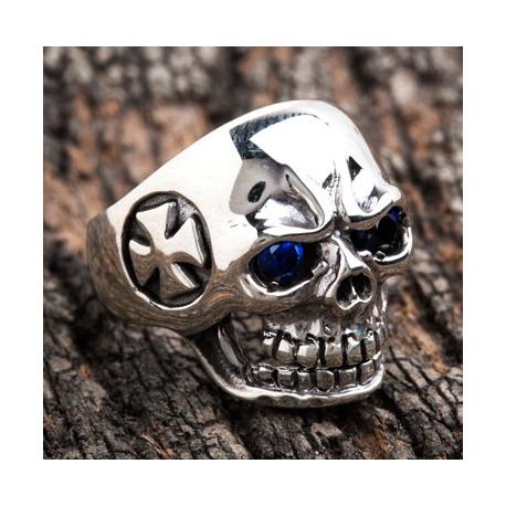 """Перстень """"Череп с крестом"""" серебряный с сапфиром"""