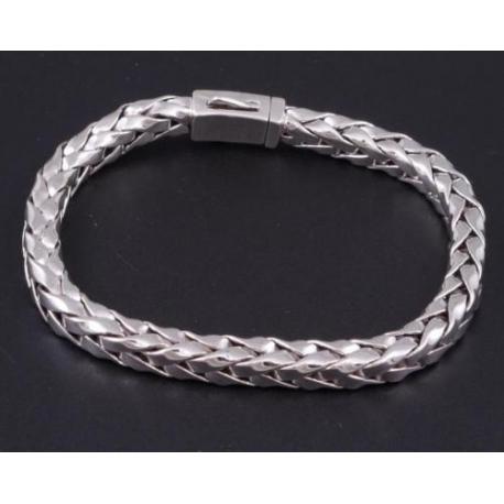 Плетенный полоской браслет