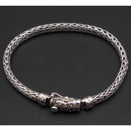Плетенный браслет с узором