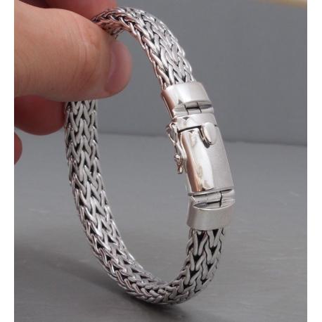 Плетенный браслет на запястье