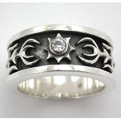 Кольцо с бриллиантом и узорами